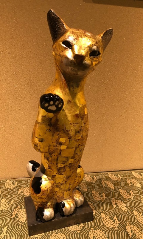 Lacquer gold beckoning cat, wooden stand,black pearl painting